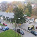V neposredni bližini stanovanja so tržnica, pekarna, trgovina, šola in vrtec