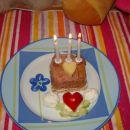 A zakaj sta samo dva srčka na torti? Ker sem tretji jaz :))