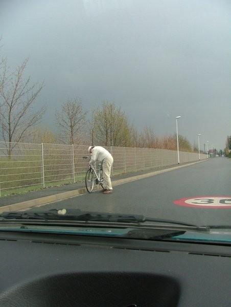 Deda popravlja pecikl