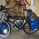 Nomad osedlan in pripravljen na turo v domači garaži