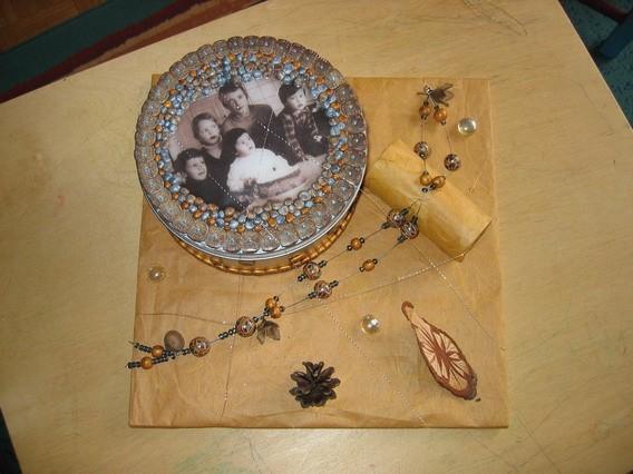 Škatla preoblečena z fimo v kombinaciji z sliko, ki je prelita z tekočo fimo maso+ verižic