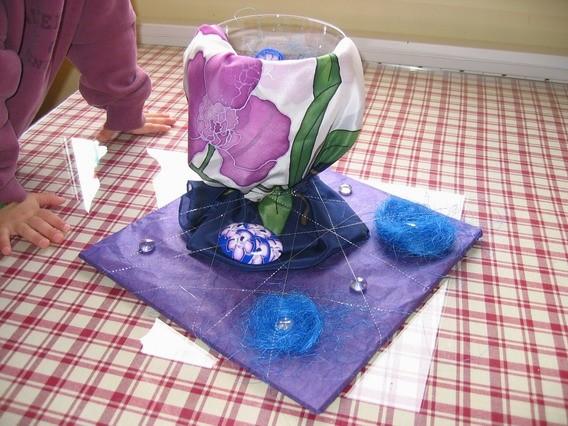 Svilena ruta+ broška iz fimo mase in vaza , ki ima oblečen spodnji rob v fimo.