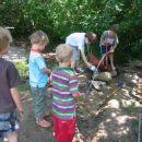 Otroci imajo na raspolago grablje, žage, lopate,… Otroci se radi  polivajo z vodo, d