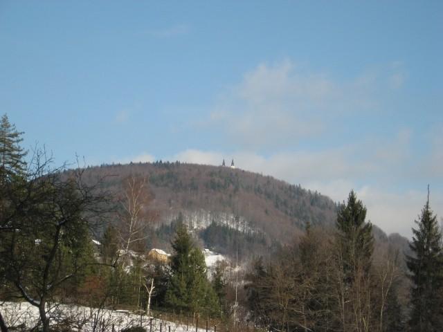 Tam je pa vrh in cerkev z dvam zvonikoma