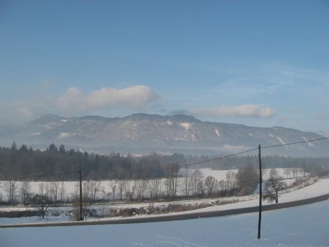 Lepi pogled na zasnežene vasi in hribovja