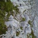 Poličke proti steni z verigami (Via Della Vitta)